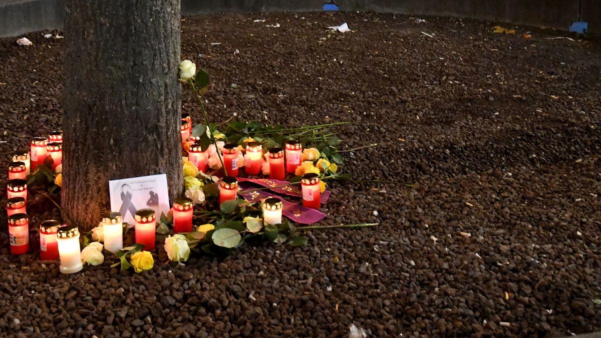 Kerzen und Blumen auf dem Augsburger Königsplatz