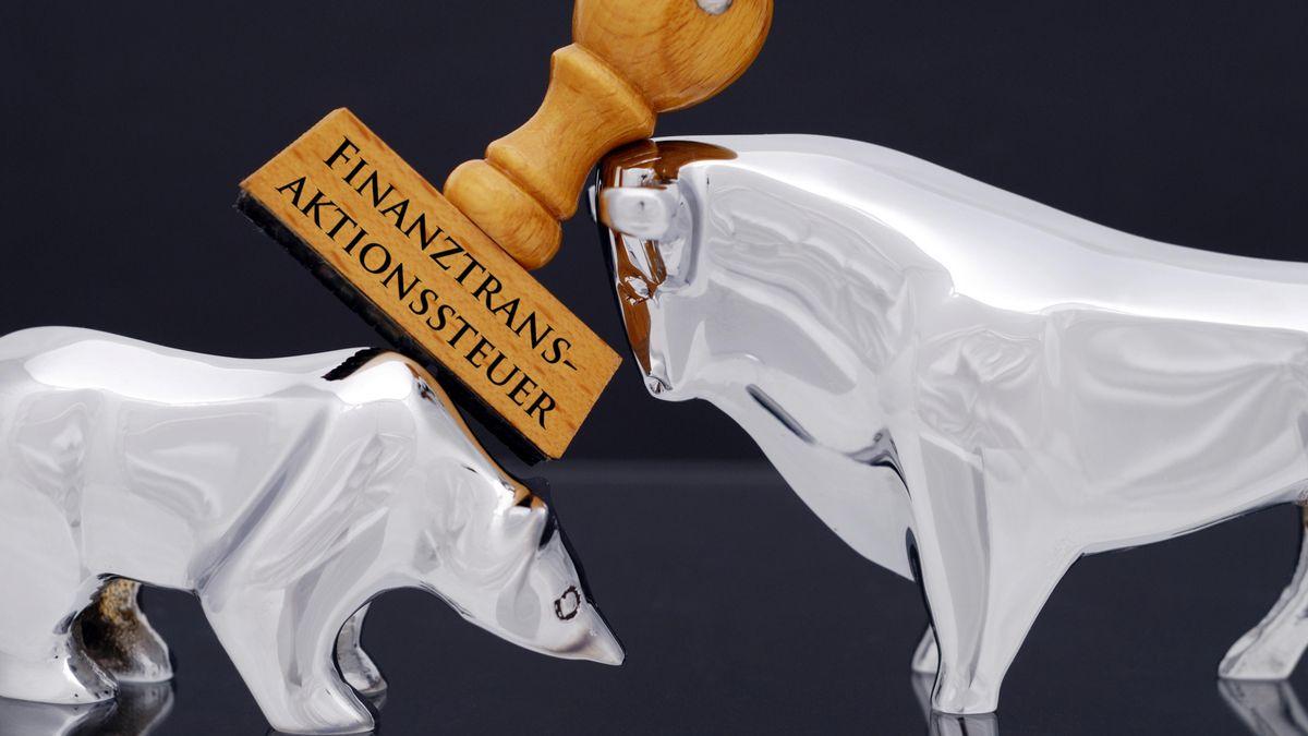 Börsensymbole Bulle und Bär mit Stempel und Aufschrift Finanztransaktionssteuer