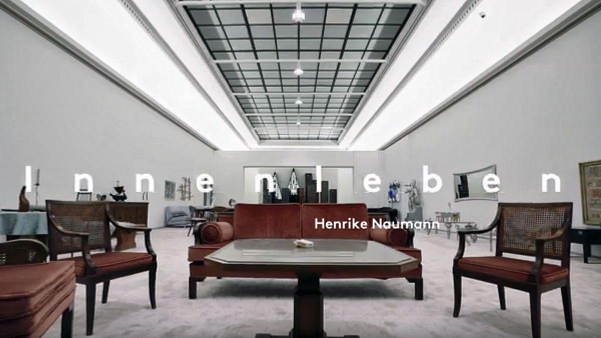 """Interieur mit verschiedenen Möbeln aus dem 20. Jahrhundert, darüber Schriftzug """"Innenleben"""""""