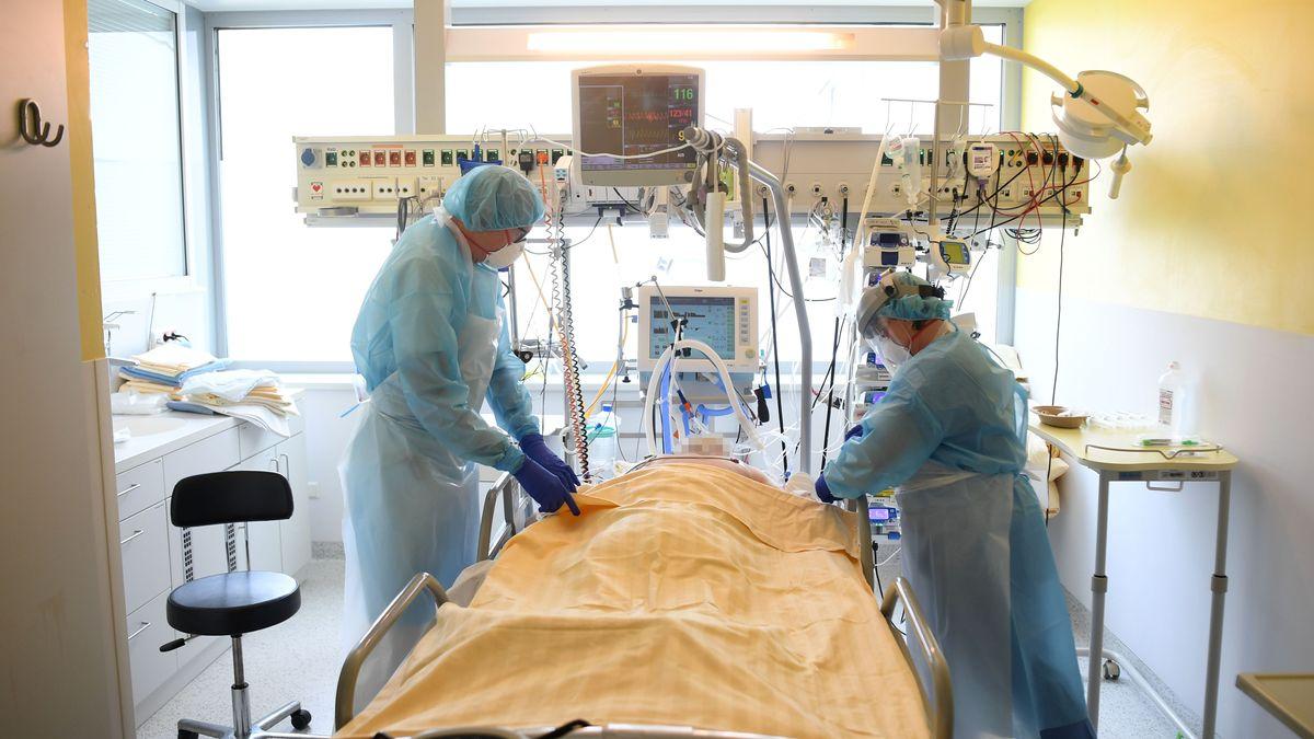 Ein Patient wird auf der Intensivstation betreut.