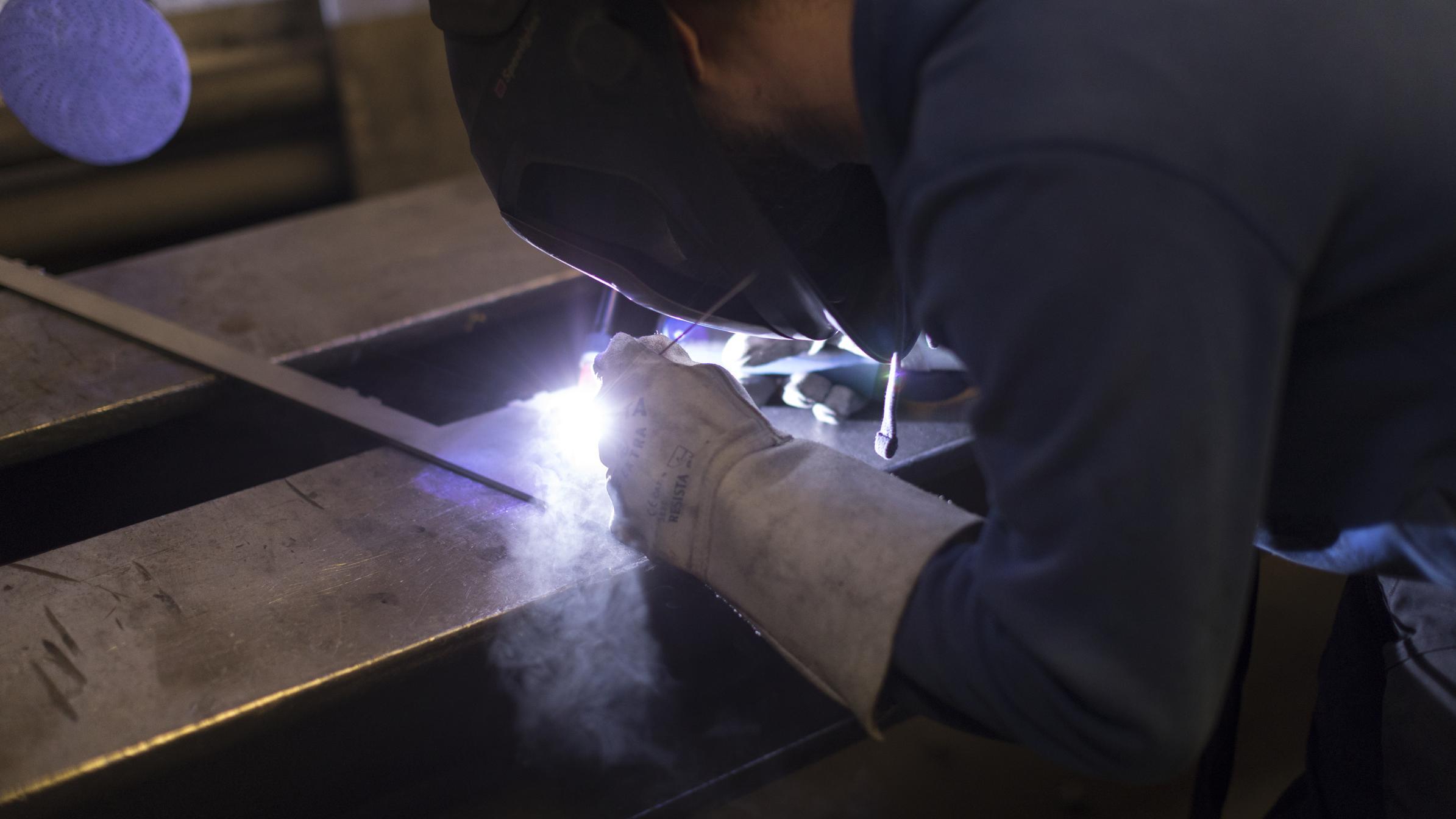 Beschäftigter in der Metallindustrie (Symbolbild)