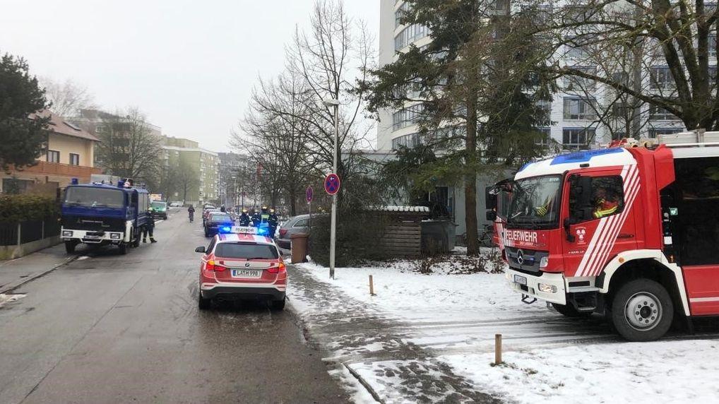 Die Feuerwehr Landshut und das THW mit einem Großaufgebot vor dem Landshuter Altenheim