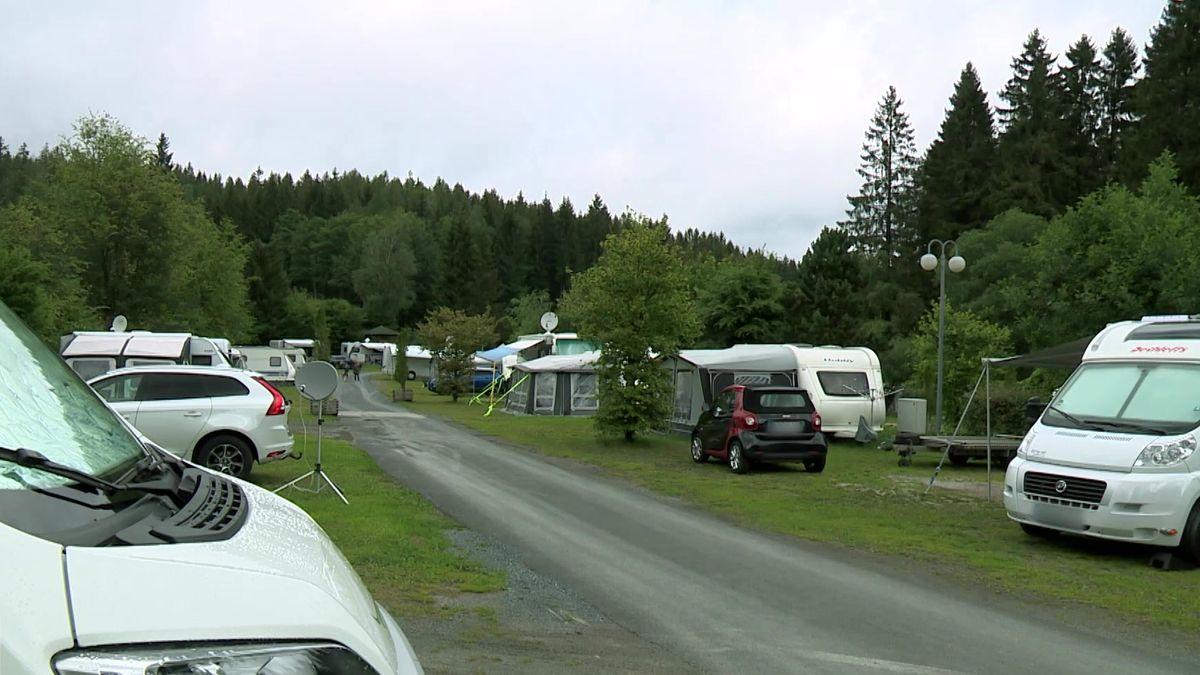 Wohnmobile stehen auf einem Campingplatz