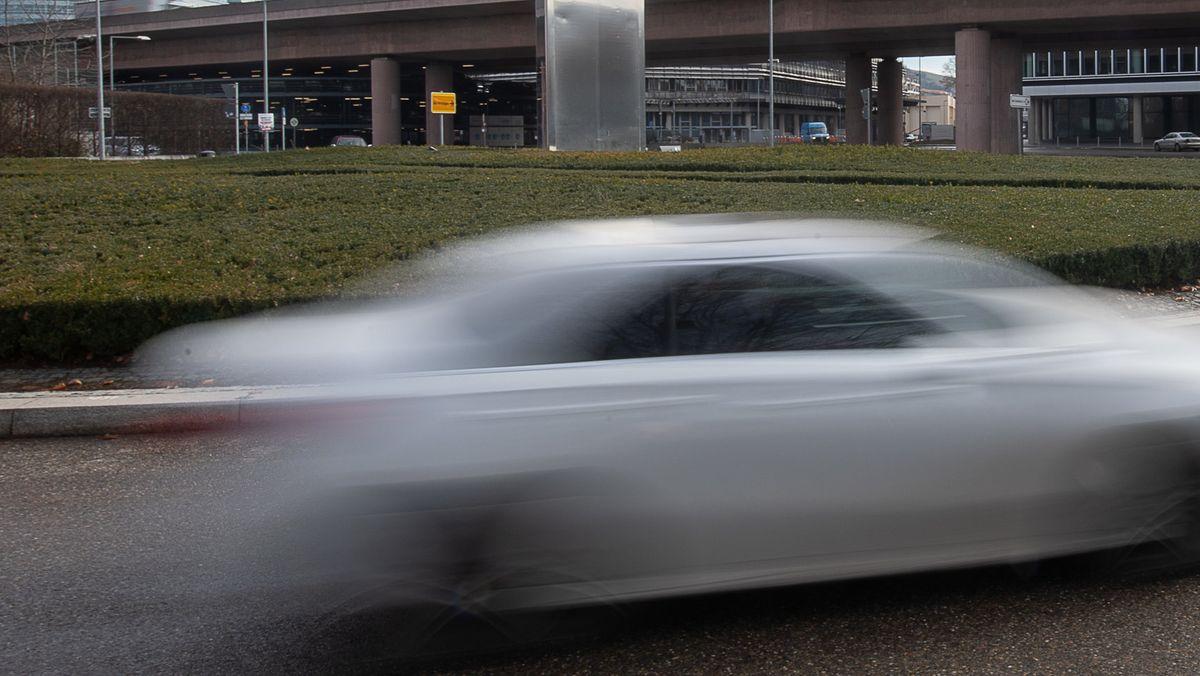 Ein Auto fährt auf einer Straße.