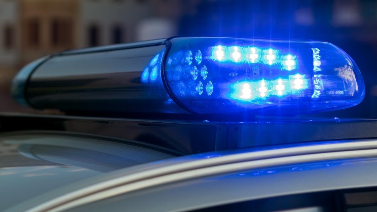 Ein leuchtendes Blaulicht auf dem Dach eines Streifenwagens