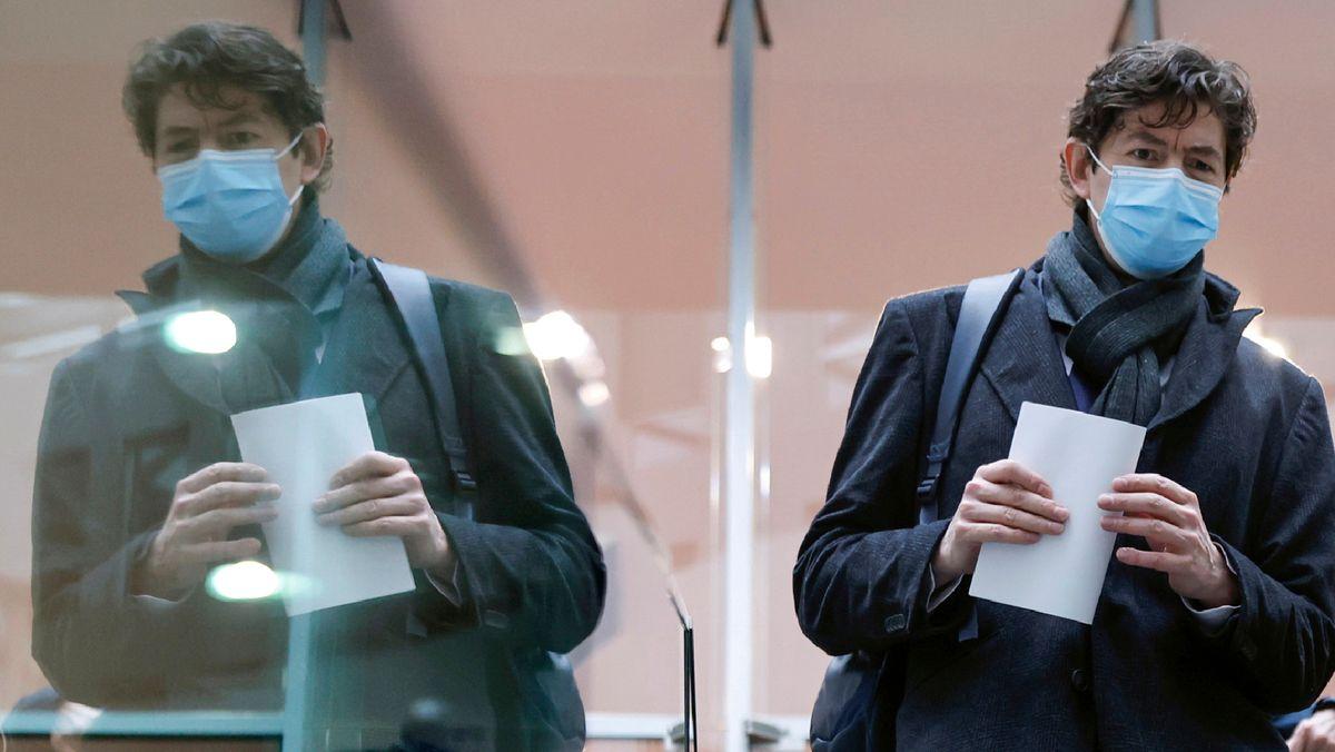 Christian Drosten spiegelt sich in der Glaswand eines Konferenzraums in Berlin