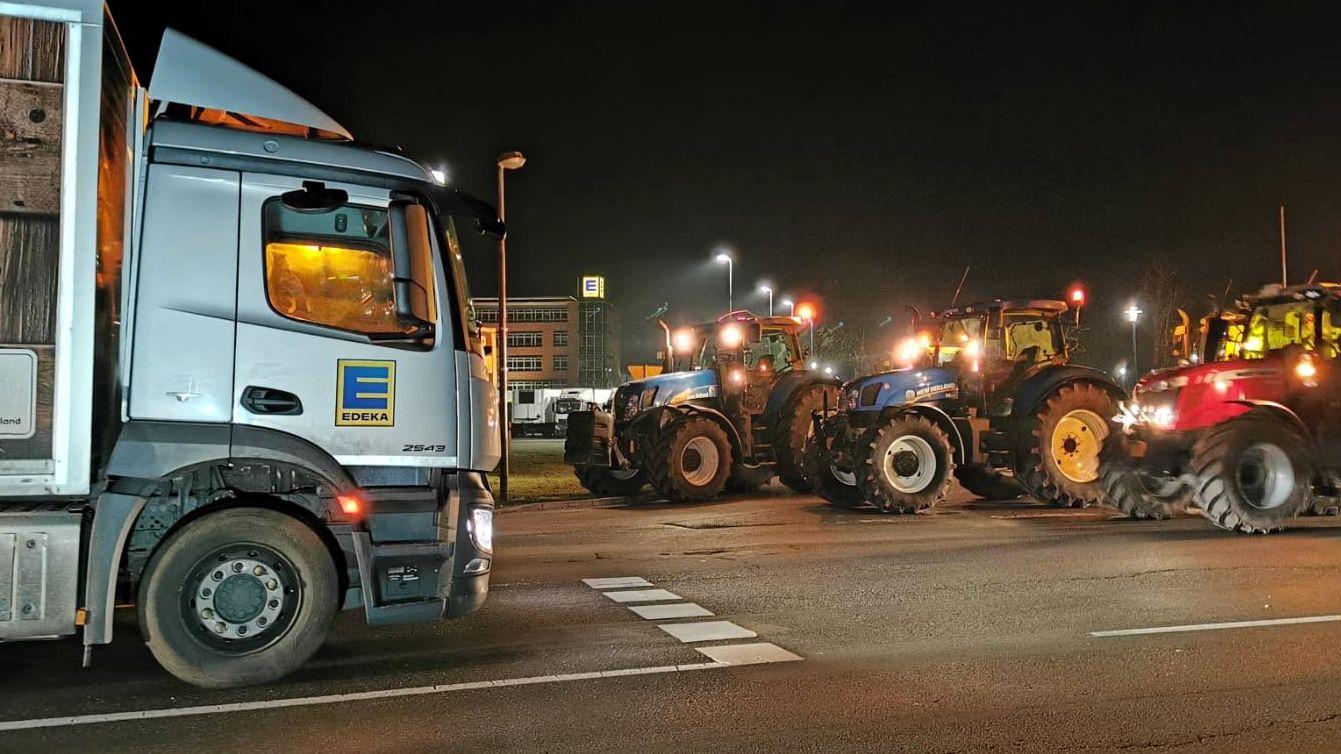 Aus Protest blockierten Landwirte in der Nacht zum Montag (27.01.20) die Zufahrt zu einem Edeka-Großlager in Niedersachsen.