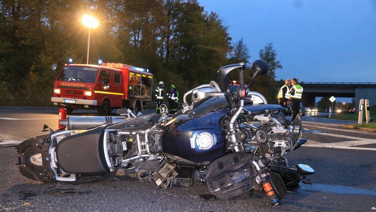 Auto kollidiert mit Motorradfahrer