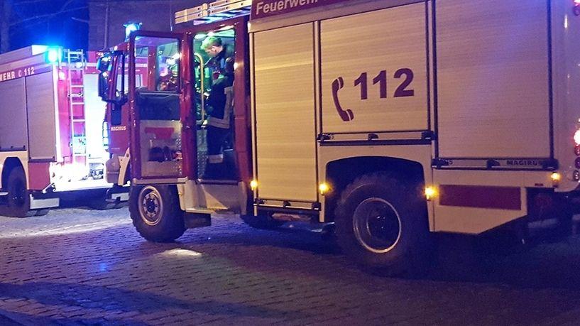 zwei Feuerwehrautos in den frühen Morgenstunden