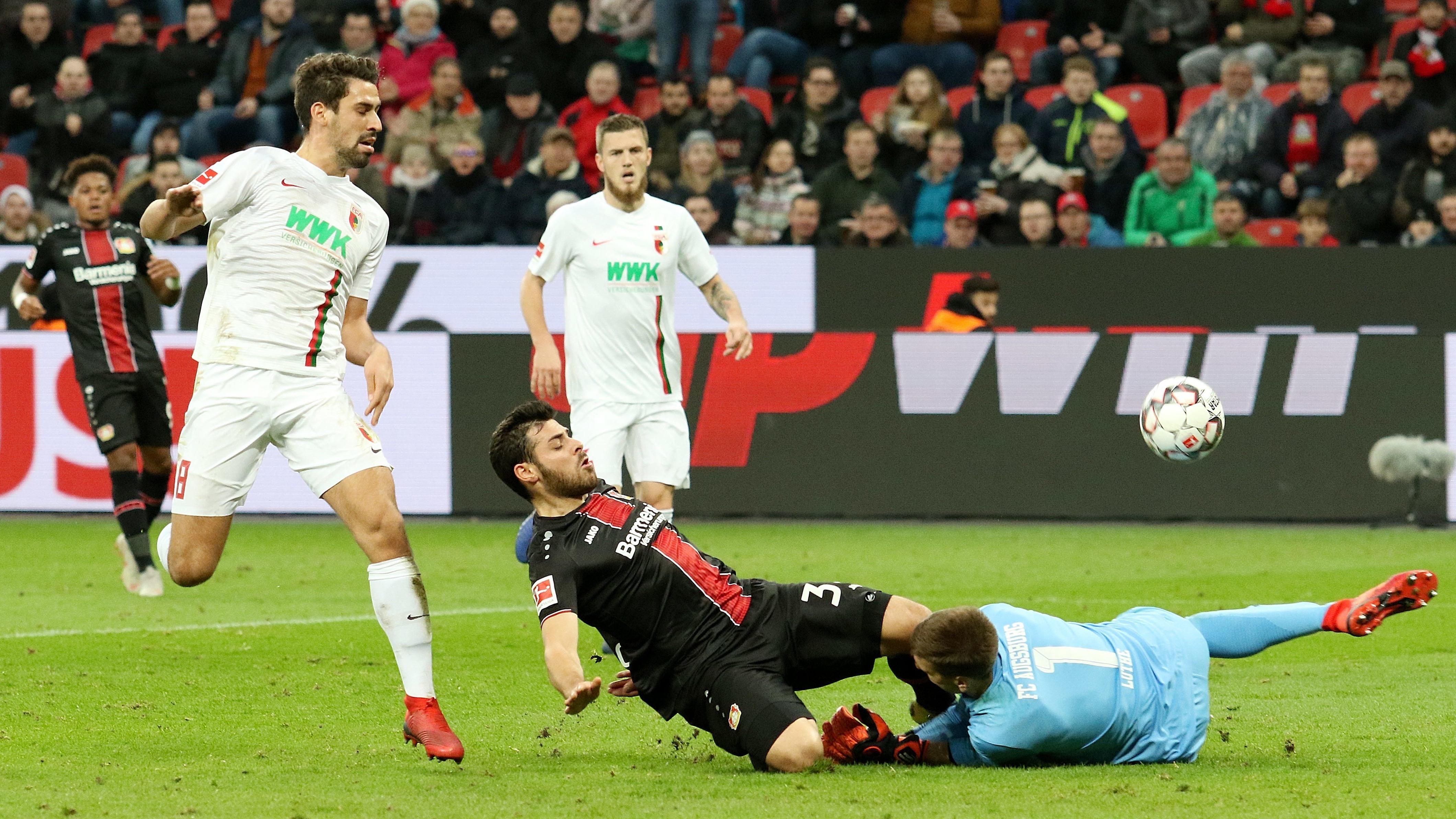 Bei diesem Zusammenprall mit Leverkusens Kevin Volland biss sich FC-Augsburg-Torwart Andreas Luthe ein Stück Zunge ab.