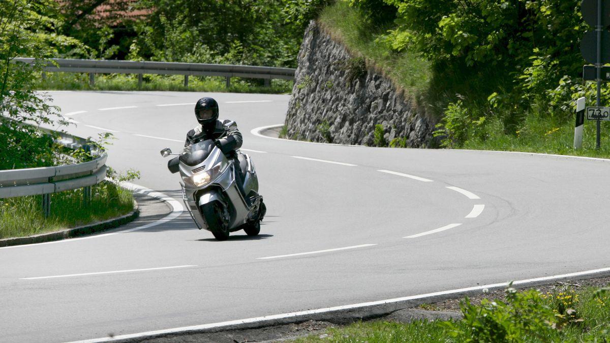 Ein Motorradfahrer auf der Straße am Kesselberg (Archivbild)