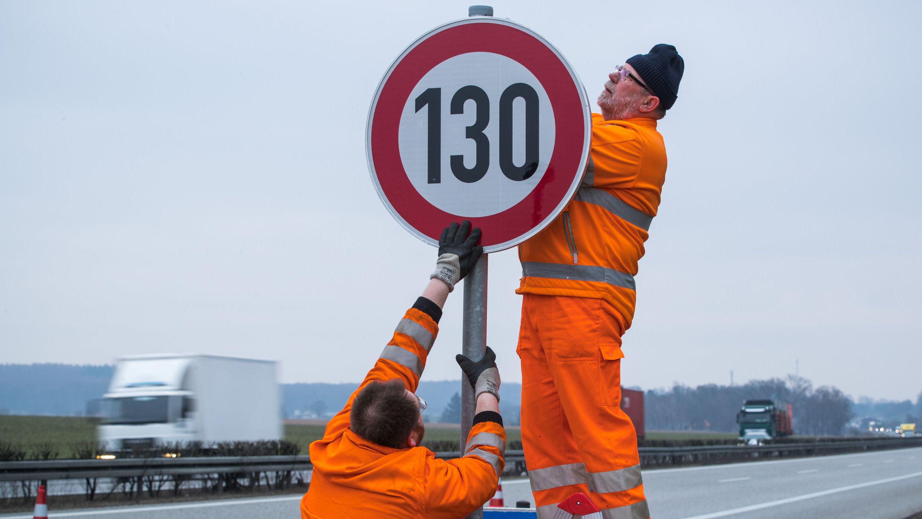 Die Evangelische Kirche Mitteldeutschland und die Grünen fordern erneut ein Tempolimit von 130 Kilometern pro Stunde auf deutschen Autobahnen.