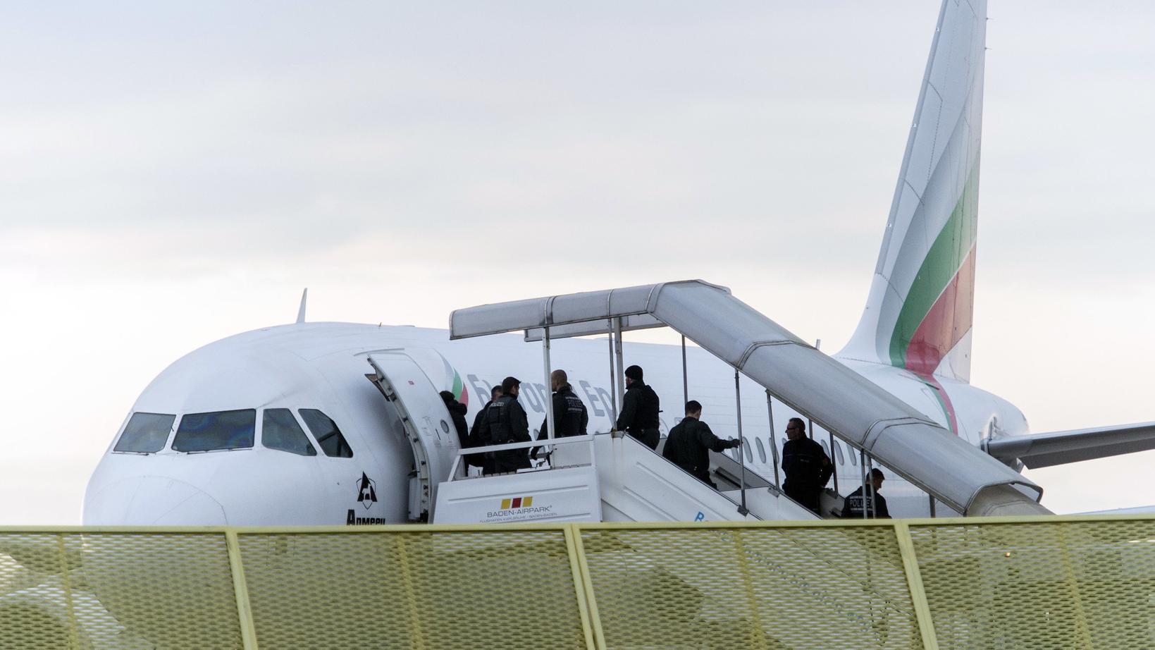 Baden-Württemberg, Rheinmünster: Abgelehnte Asylbewerber steigen am Baden-Airport in Rheinmünster im Rahmen einer landesweiten Sammelabschiebung in ein Flugzeug.
