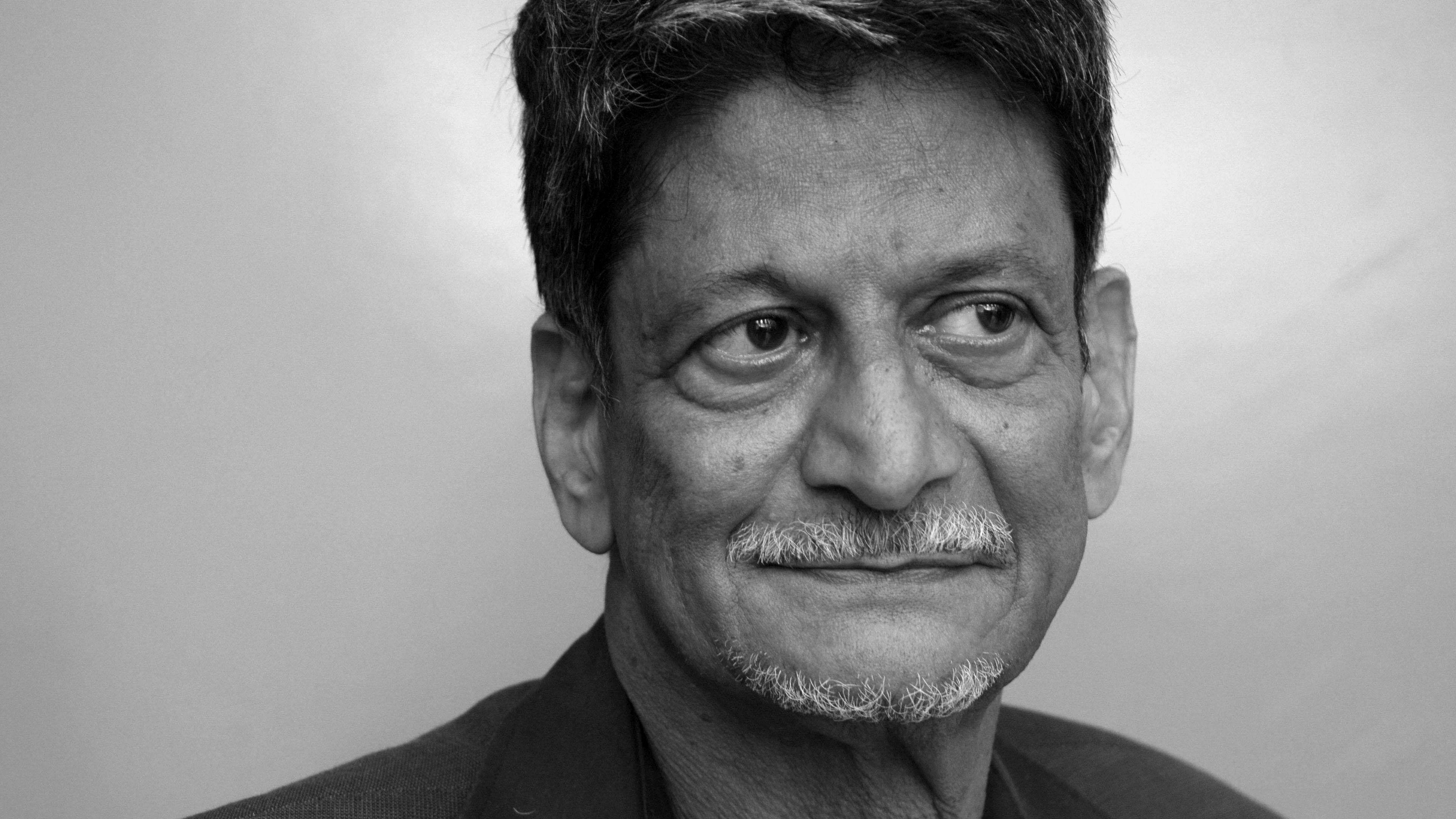 Ein schwarz-weiß Porträtfoto des 1942 geborenen indischen Autors Kiran Nagarkar, der letzte Woche in Mumbai gestorben ist