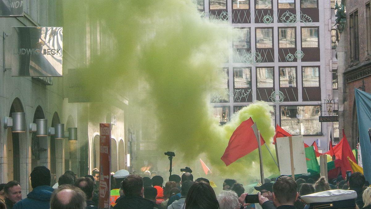 Demonstranten zünden Rauchfackeln