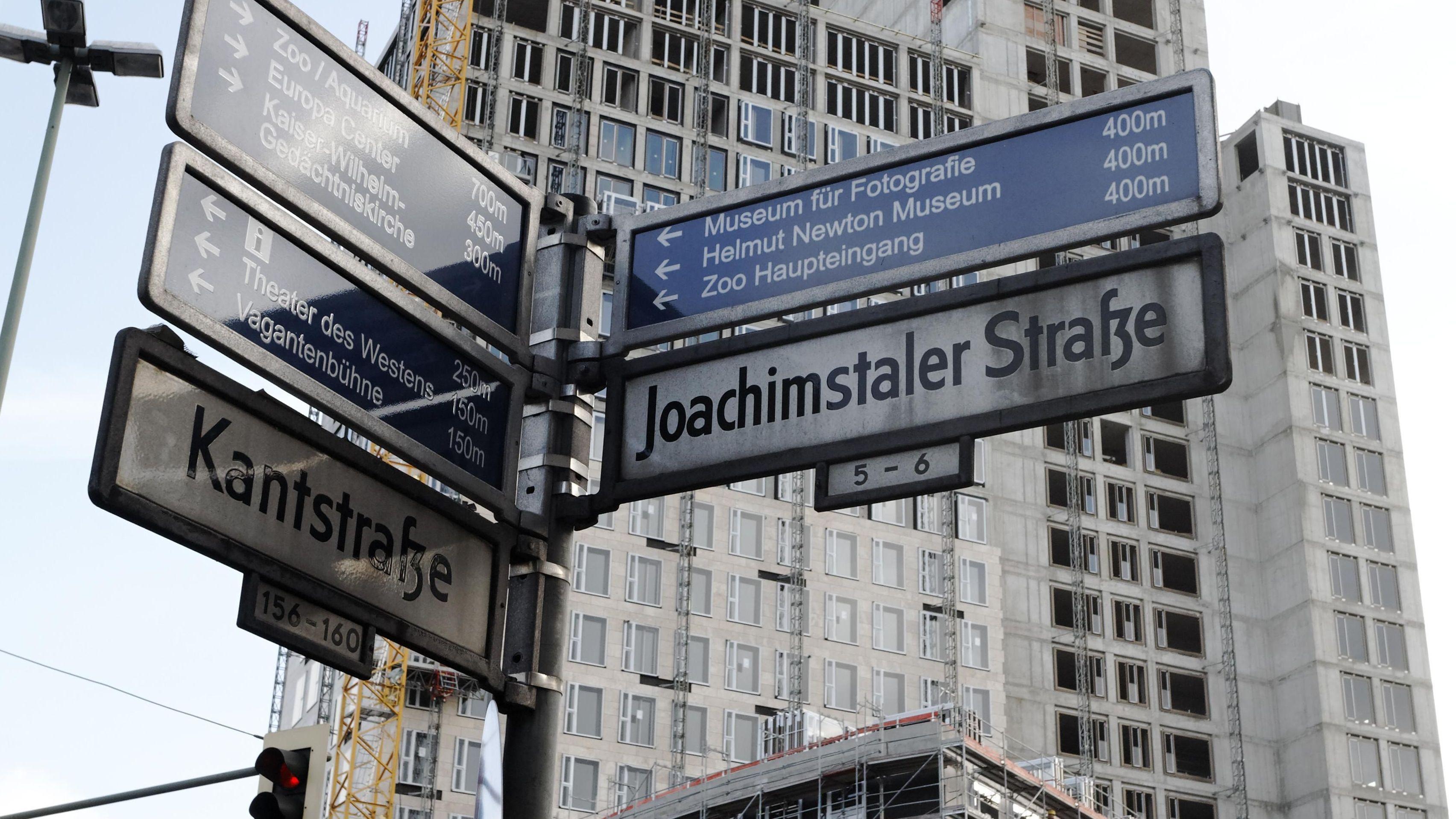 Kantstraße/ Joachimstaler Straße: Straßenschild in Berlin vor einem Neubau