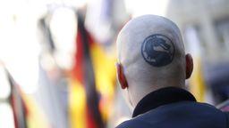 Hinterkopf eines Skinheads   Bild:picture alliance / dpa / Geisler-Fotopress
