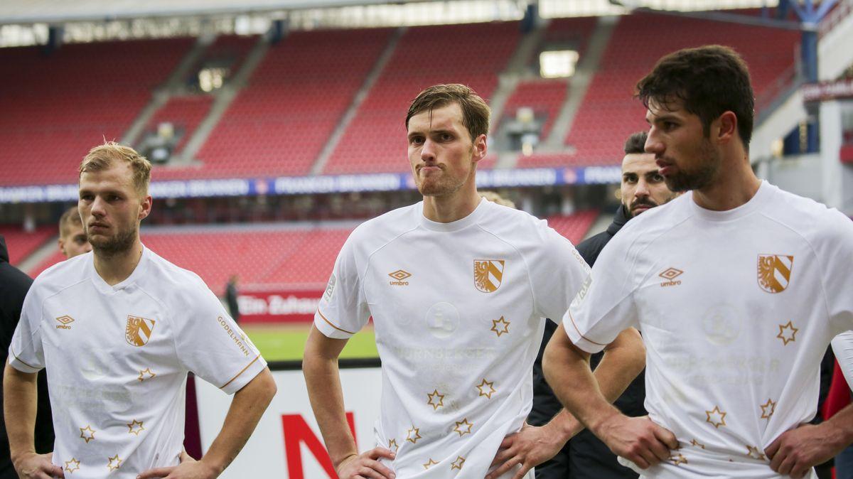 Johannes Geis, Asger Sörensen und Lukas Mühl (v.l.) nach dem 0:2 gegen den SV  Wehen Wiesbaden