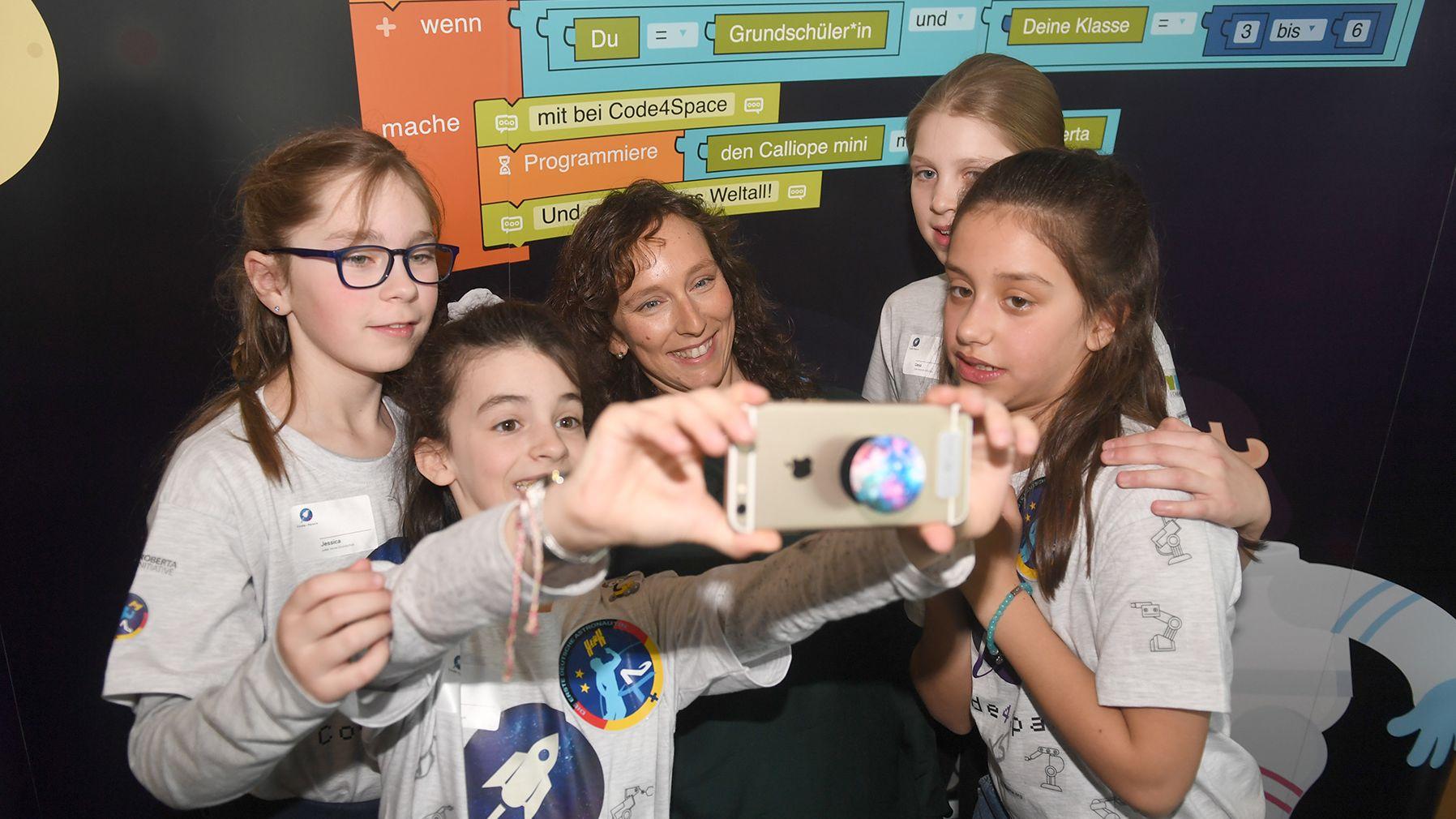 Ein Schülerinnen-Team der Jules Verne Grundschule in München macht zusammen mit Suzanna Randall, Finalistin Stiftung erste deutsche Astronautin gGmbH im Fraunhofer-Haus, ein Selfie