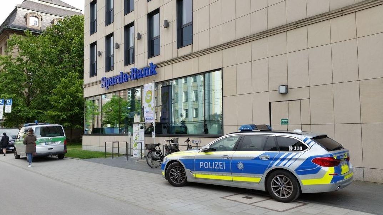 Polizei-Einsatzfahrzeuge vor der überfallenen Sparda-Bank