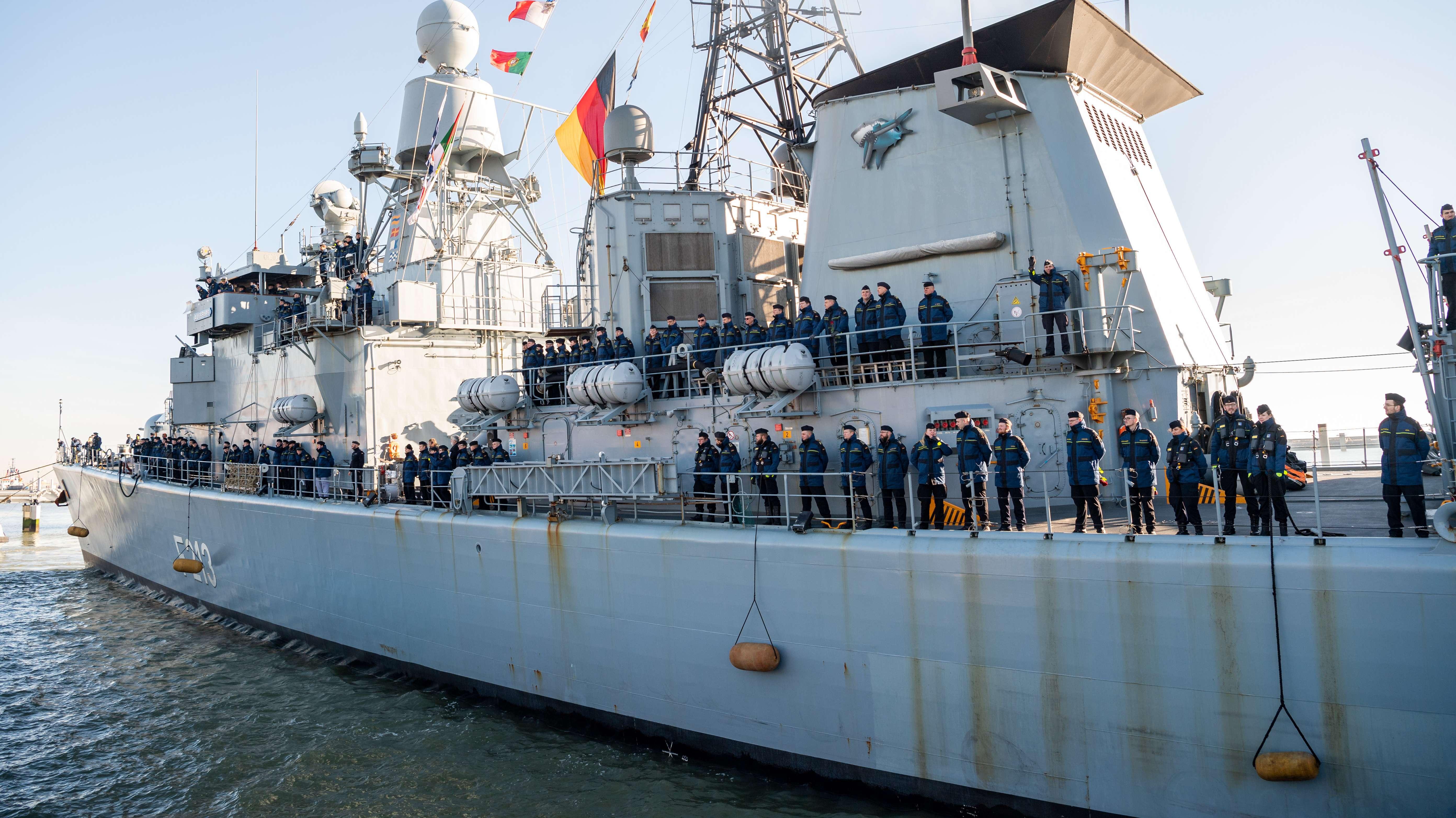 """Die Fregatte """"Augsburg"""" im Marinehafen Wilhelmshaven."""