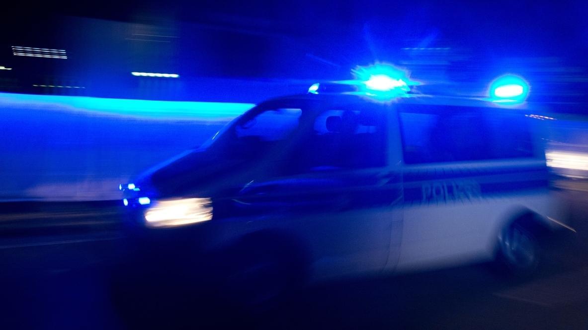 Symbolbild: Blaulicht und Polizeiwagen im Einsatz