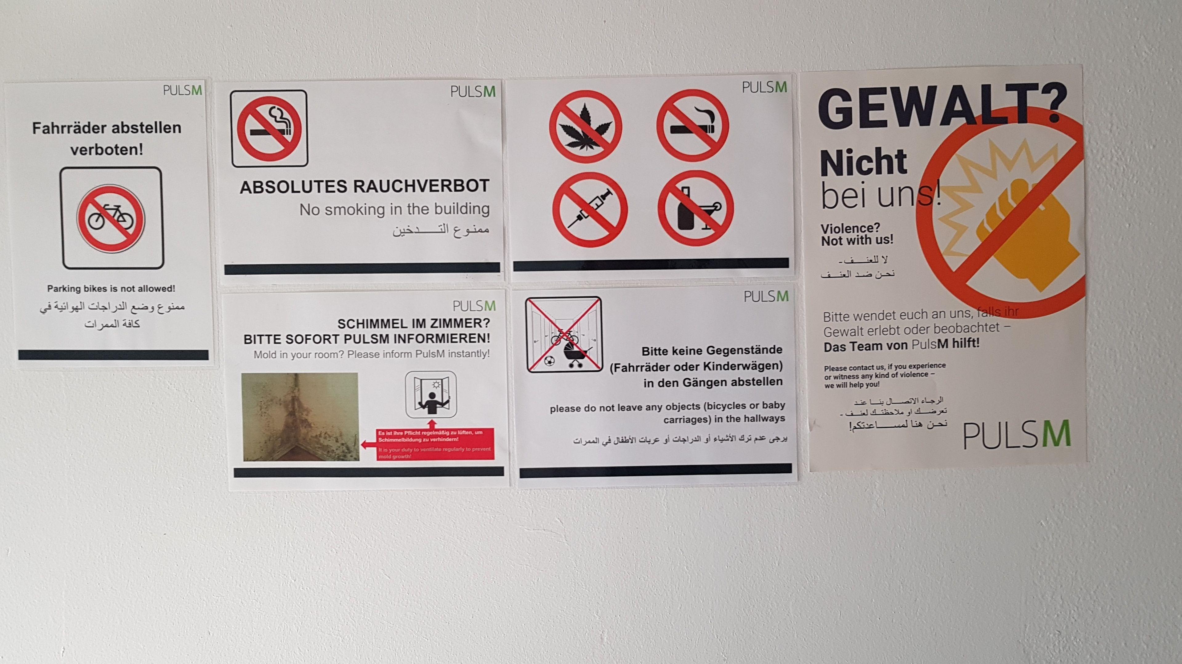Mehrsprachige Hinweisschilder in der Ankerzentrum-Außenstelle Trudering.