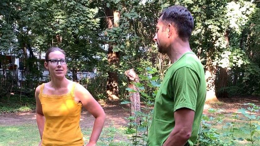 Die beiden Imker Bianca Tworowsky und Michael Fischer im Gespräch im Park des BR-Studios Franken in Nürnberg