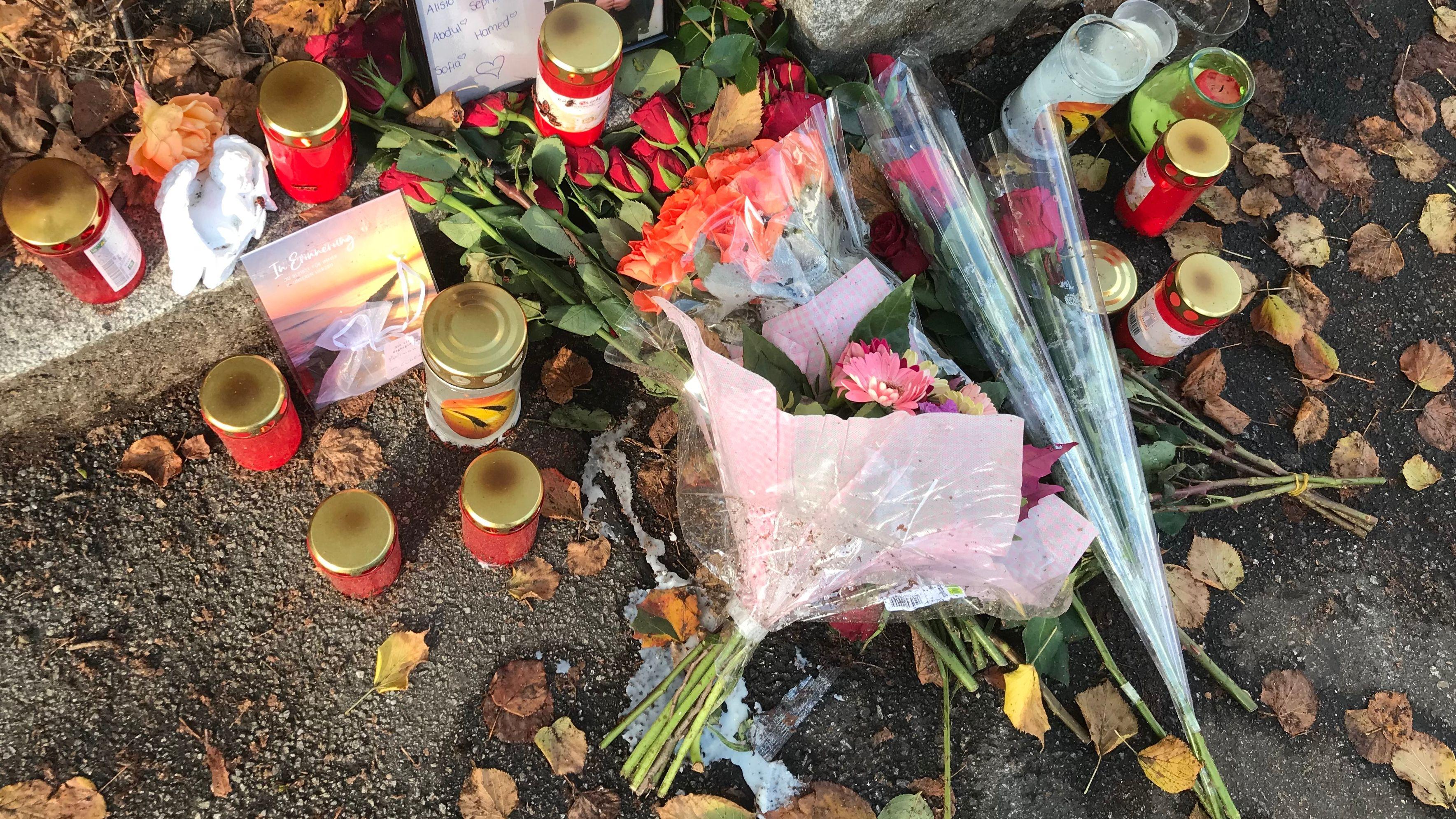 Am Donnerstagabend wurde ein 33-Jähriger durch Messerstiche tödlich verletzt. Mensch haben Blumen abgelegt und Kerzen aufgestellt.
