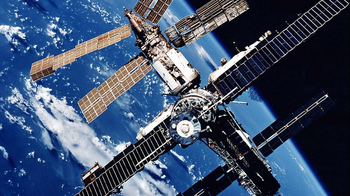 Die russische Raumstation Mir über dem blauen Erdball.