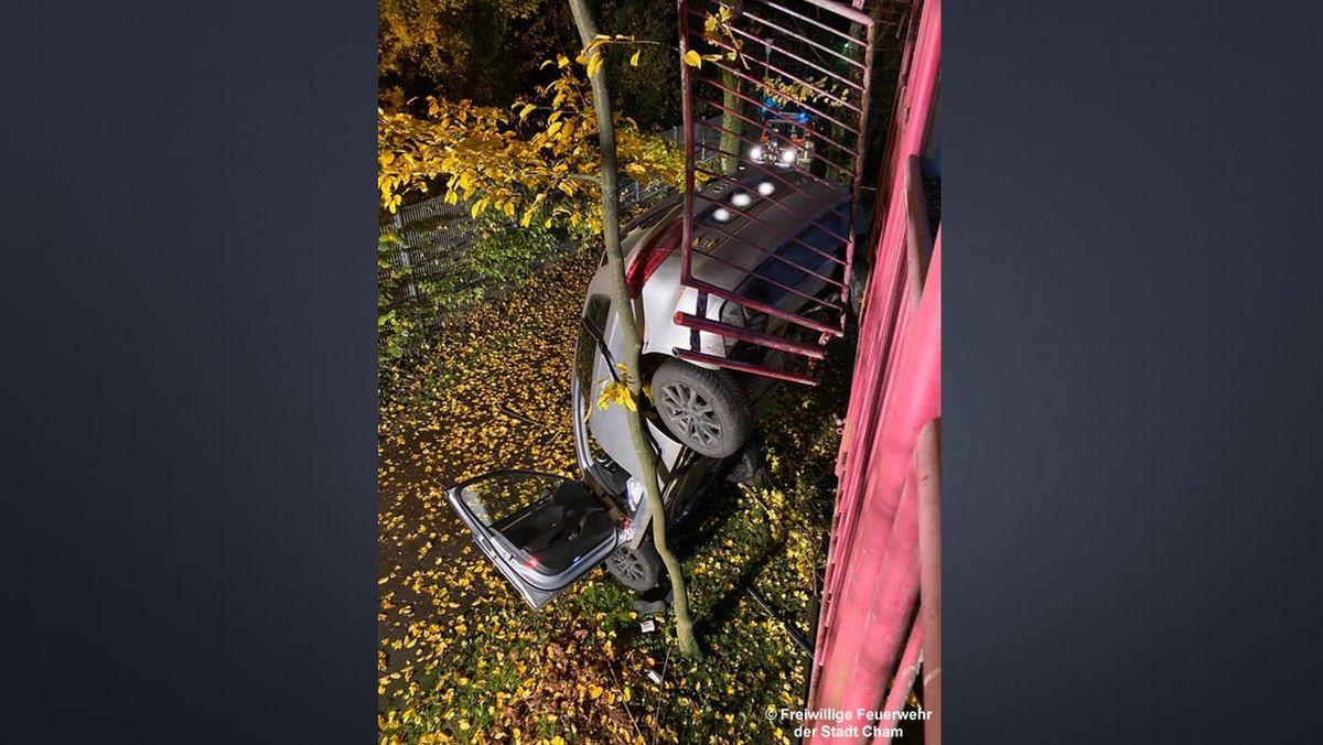 Das Auto stürzte rund sieben Meter in die Tiefe.