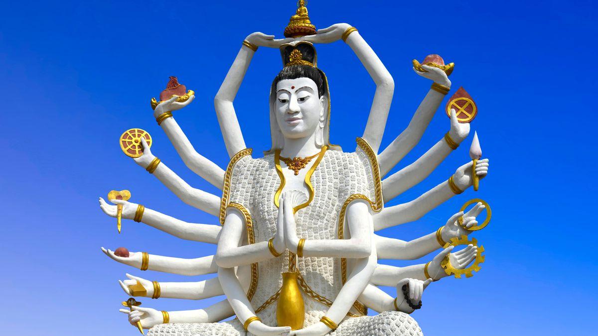 Skulptur einer indischen Gottheit mit mehreren Armen