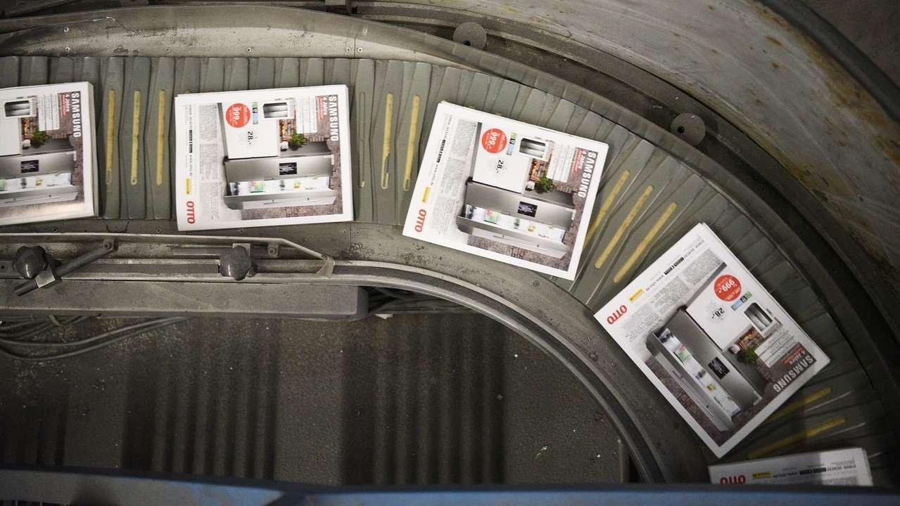 Druckerzeugnisse von Prinovis auf einem Laufband
