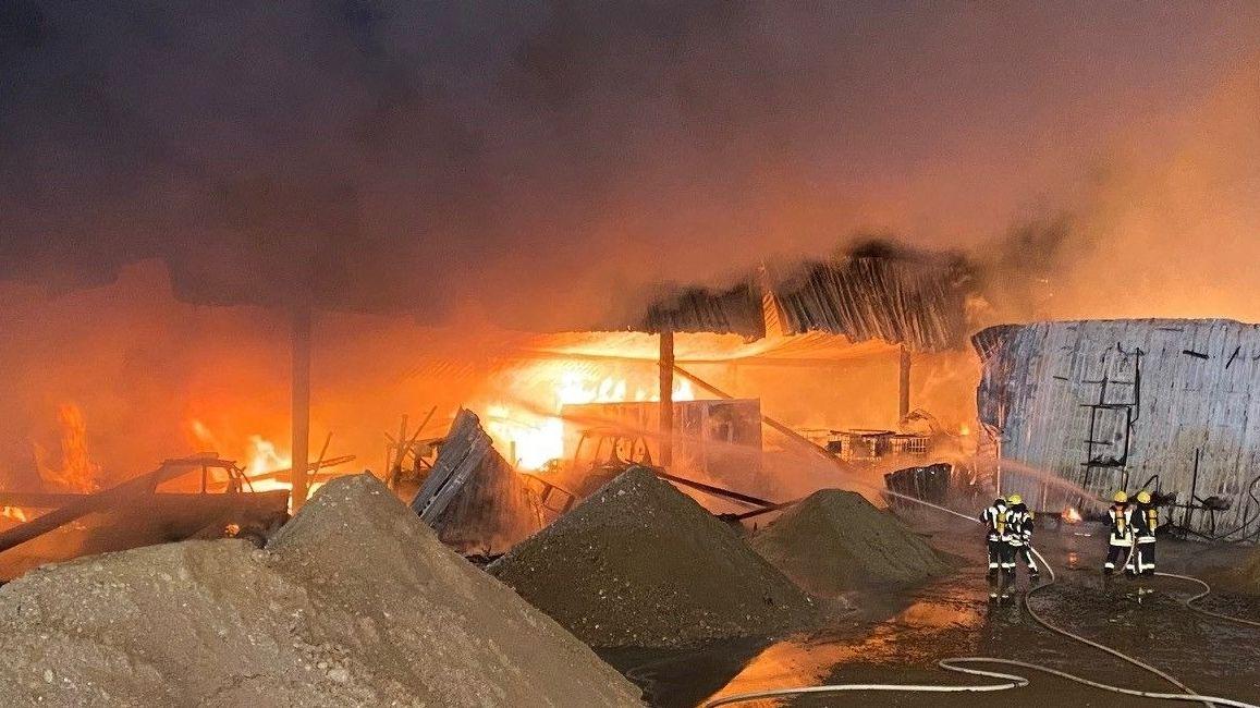 Die Feuerwehr löscht die große Lagerhalle in Oberumelsdorf