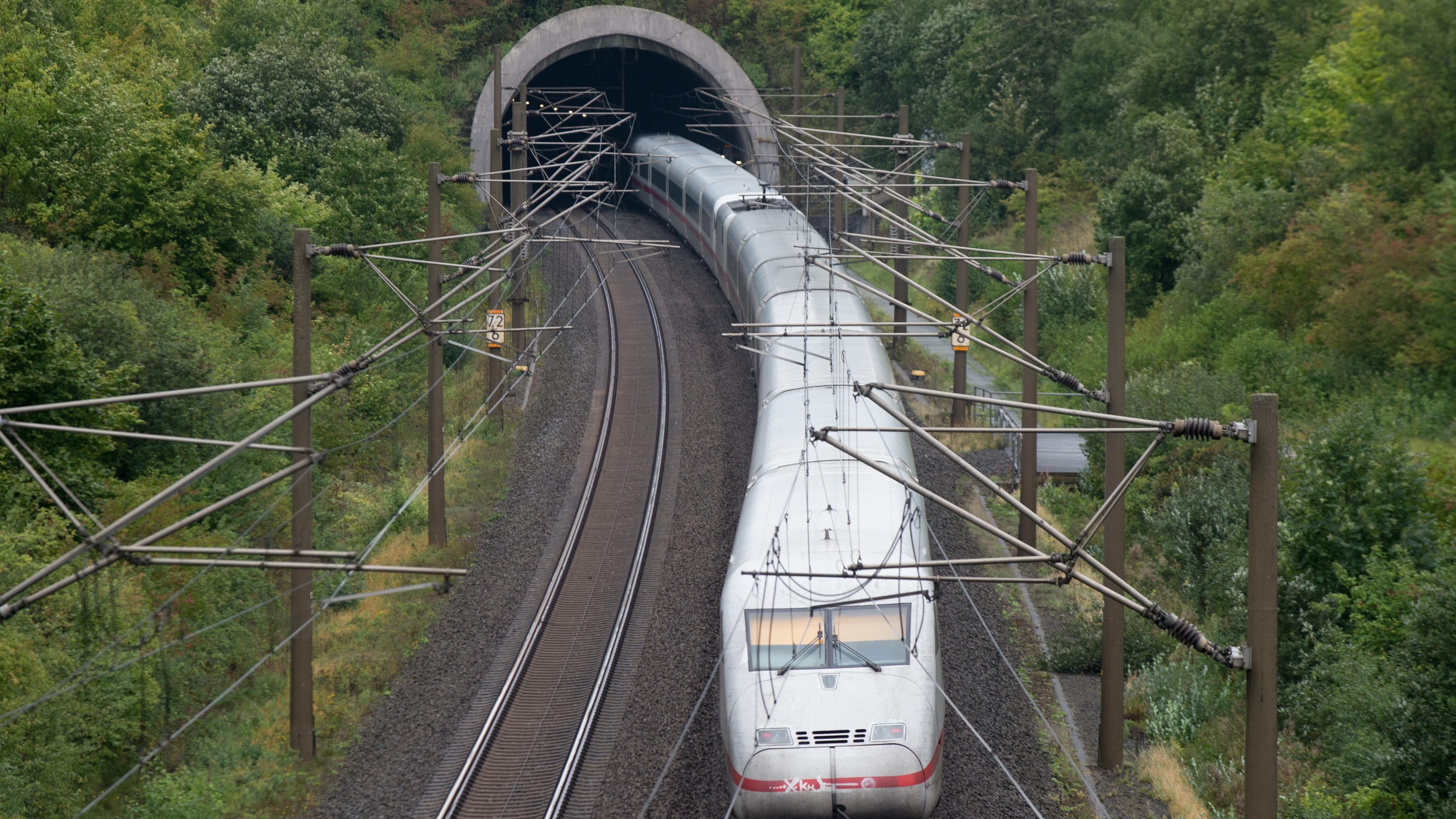 Ein ICE der Deutschen Bahn fährt auf der Schnellfahrstrecke Hannover - Würzburg in den Kriebergtunnel.