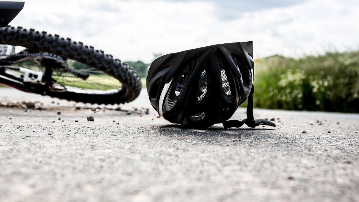Fahrrad auf der Straße mit Helm (Symbolbild)