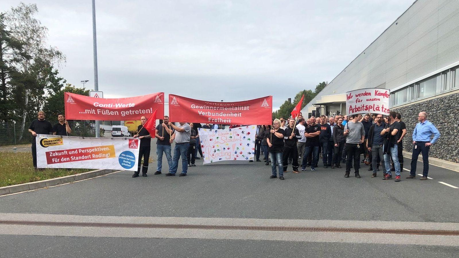 Conti-Mitarbeiter protestieren gegen Werksschließung.
