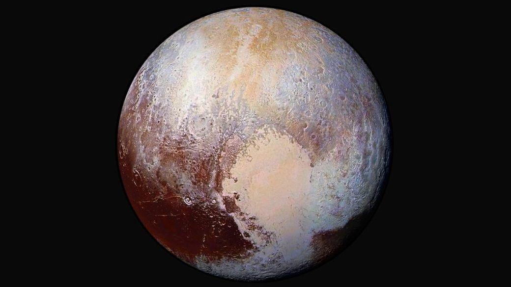 Farbverstärktes Bild von Pluto, aufgenommen von Raumsonde New Horizons am 14. Juli 2015