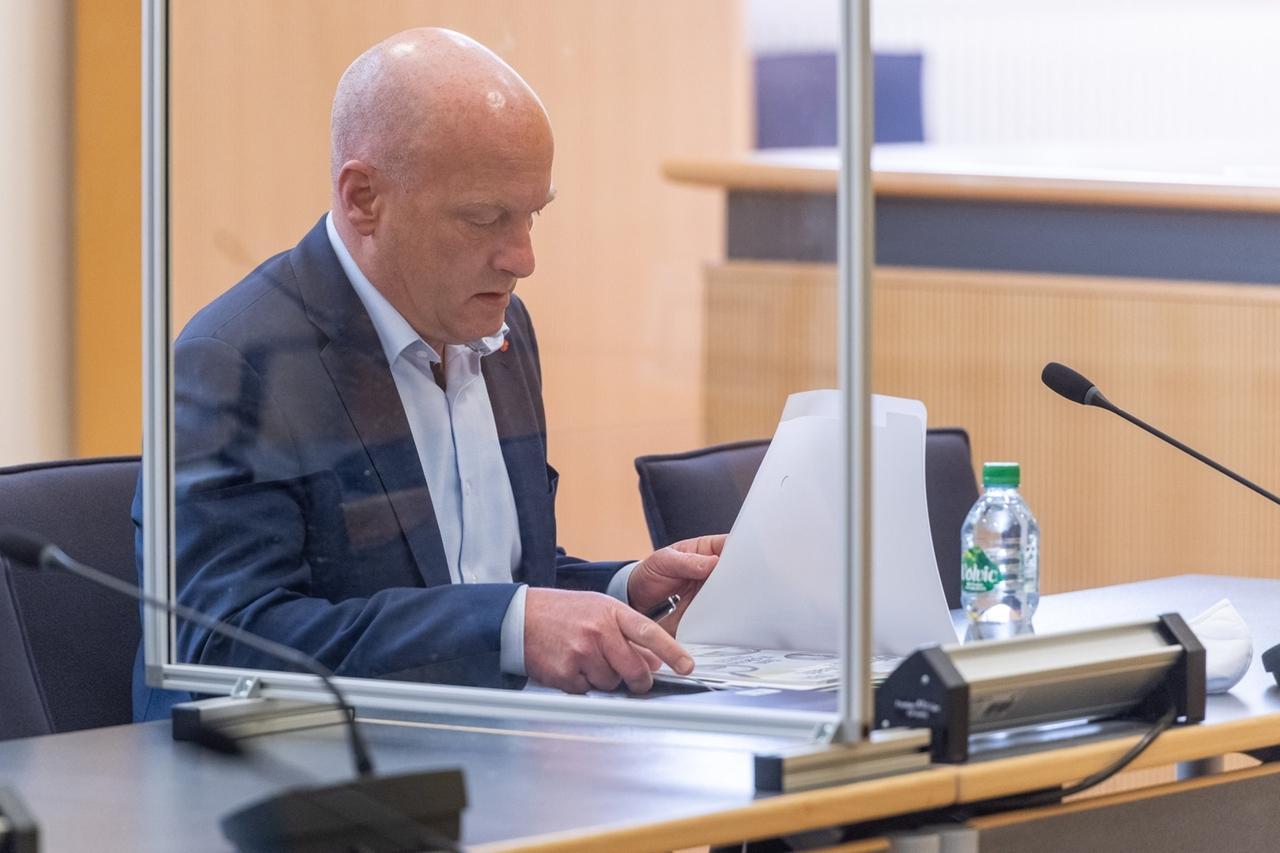 ARCHIV - 04.05.2020, Bayern, Regensburg: Joachim Wolbergs, Regensburger Ex-Oberbürgermeister, sitzt im Verhandlungssaal des Landgerichts hinter Trennwänden aus Plexiglas. Wolbergs hat im Korruptionsprozess sein letztes Wort genutzt, um die Ermittlungen und Verfahren gegen ihn ausführlich aus seiner Sicht zu rekapitulieren. Foto: Armin Weigel/dpa +++ dpa-Bildfunk +++