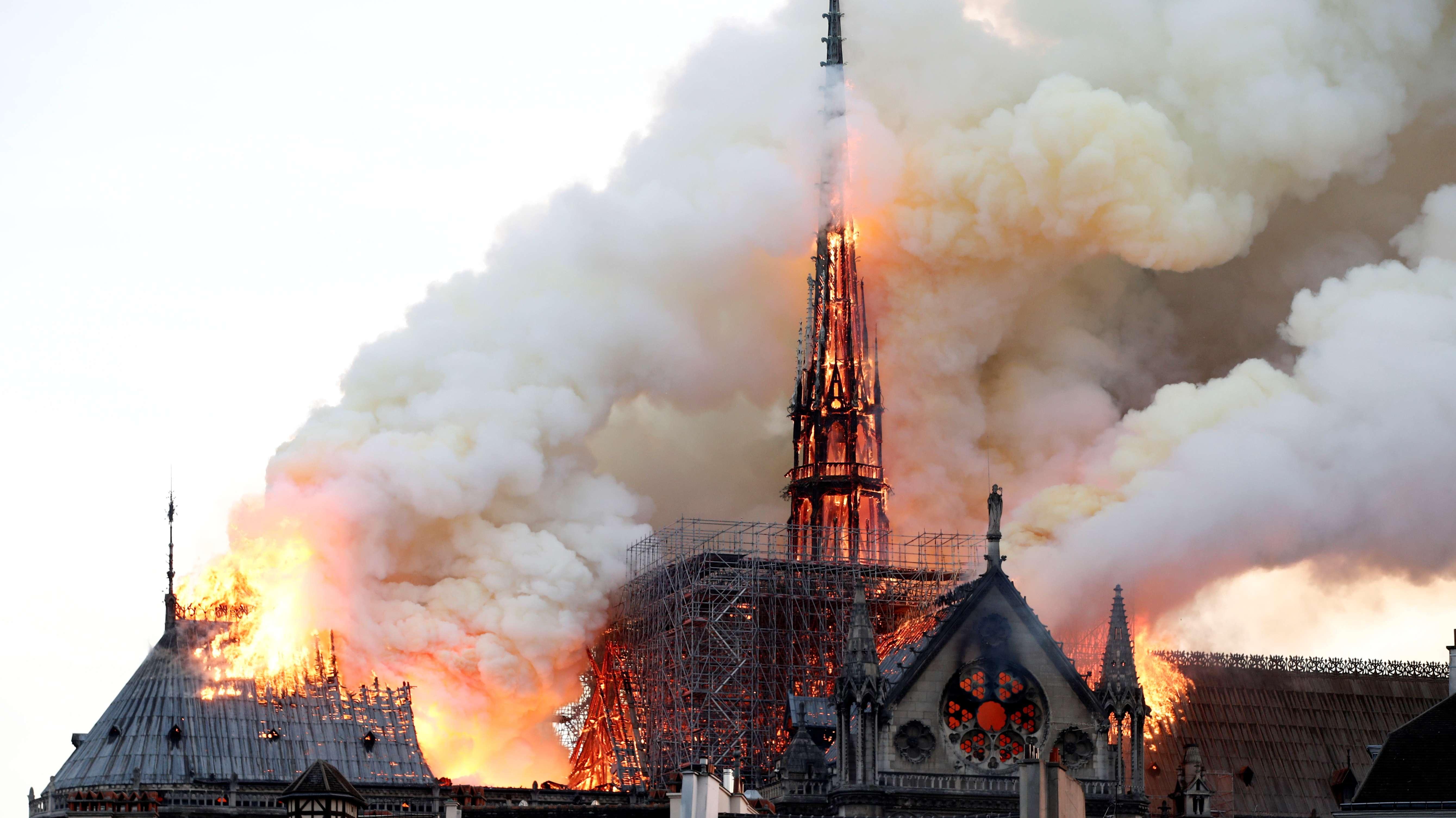 Dach und Spitzturm von Notre-Dame in Flammen
