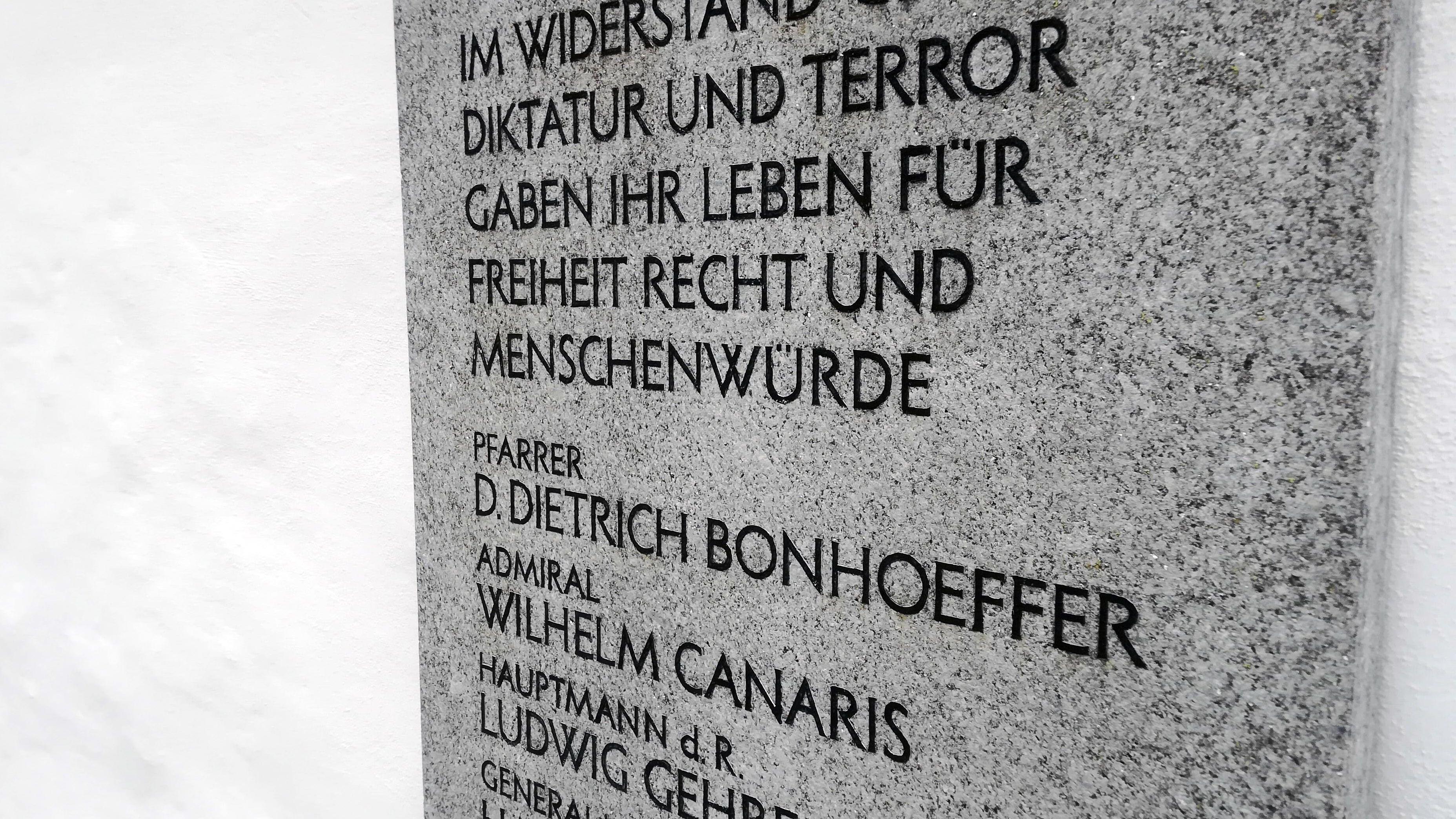 Dieser Gedenkstein in der KZ-Gedenkstätte Flossenbürg erinnert an die Ermordung Bonhoeffers und anderer NS-Widerstandskämpfrer am 9. April 1945.
