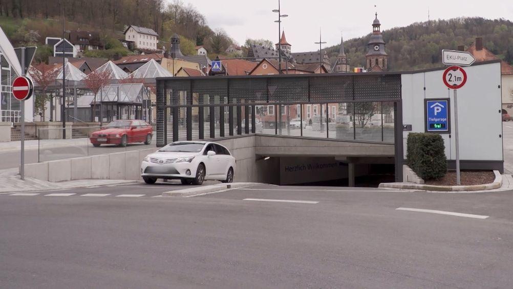 Aus dem Parkhaus in Kulmbach fährt ein weißes Auto.