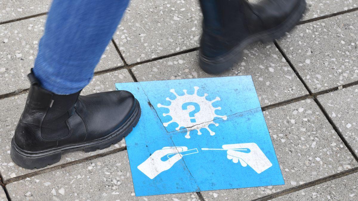 Hinweis auf Coronatest - Aufkleber am Boden