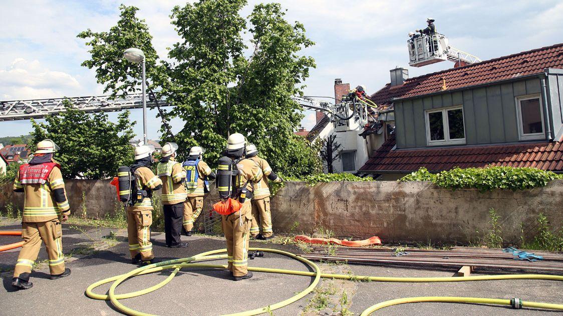 Grill löst Dachstuhlbrand in Aschaffenburg aus