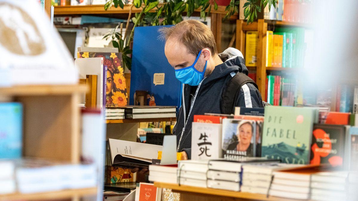 Ein Kunde steht mit Mundschutz in einem Buchladen (Symbolbild)