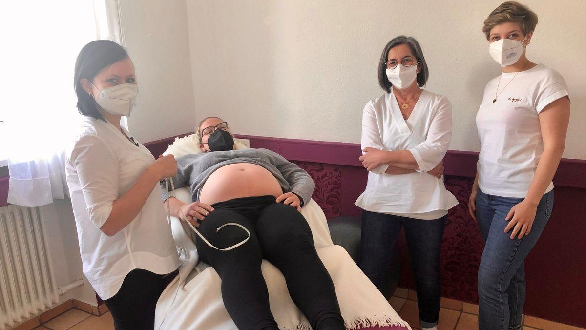 Hebamme Anne-Braun Springer (zweite v.links) mit Hebammenstudentinnen im Dillinger Hebammenhaus bei der Untersuchung einer Schwangeren