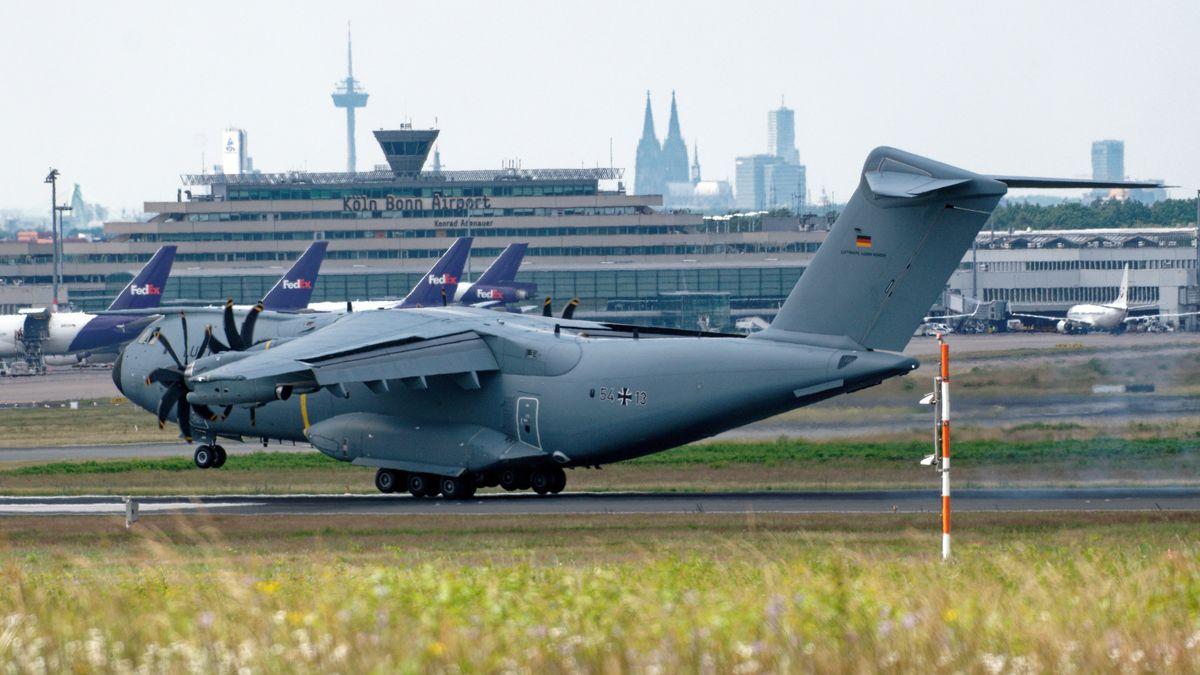 Ein Airbus A400M der Bundeswehr landet mit den ersten der zwölf Bundeswehr-Soldaten, die bei einem Selbstmordattentat im westafrikanischen Mali verletzt wurden.