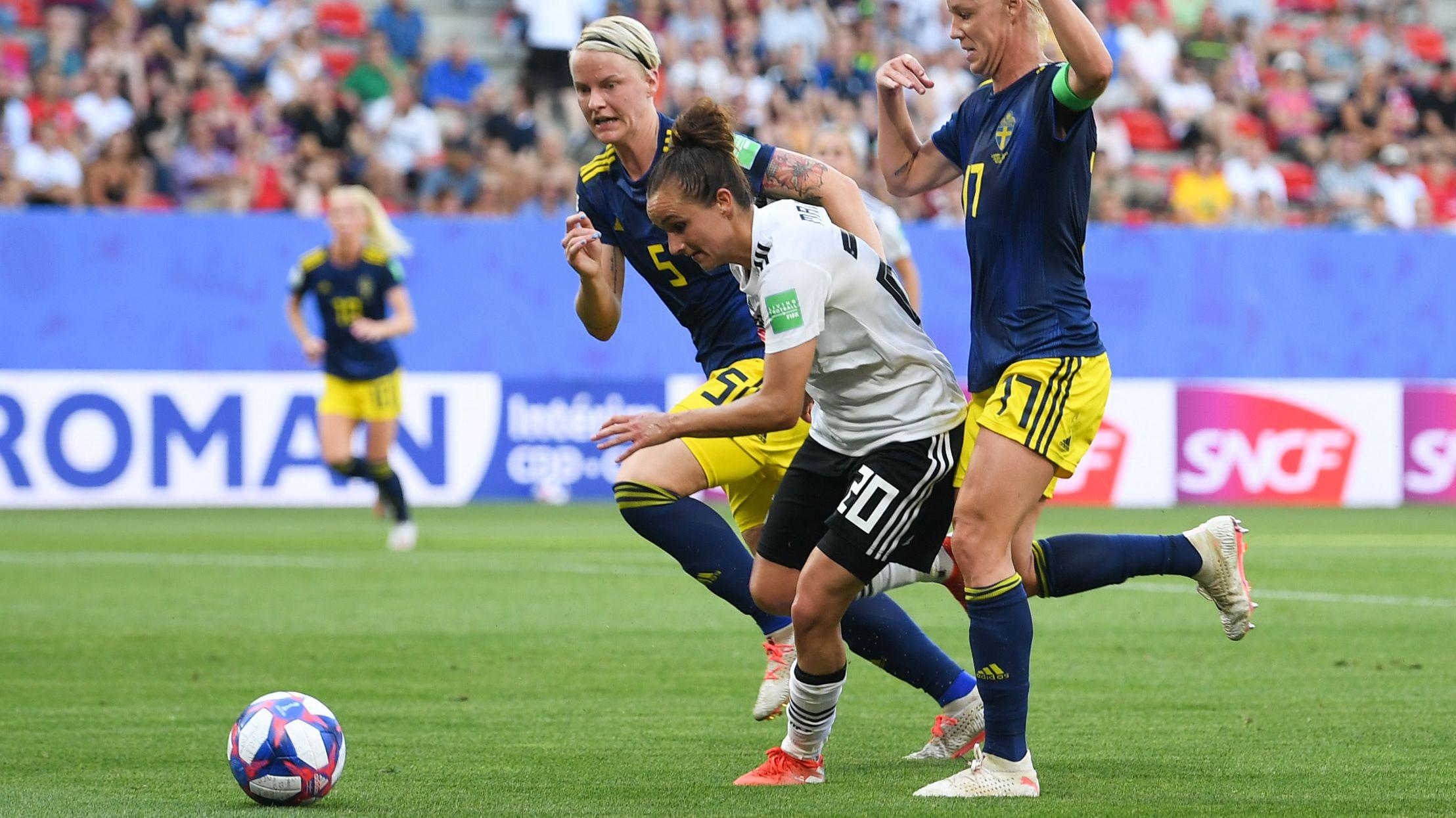 Lina Magull (M.) versucht sich gegen Schwedens Nilla Fischer (l.) und Caroline Seger durchzusetzen