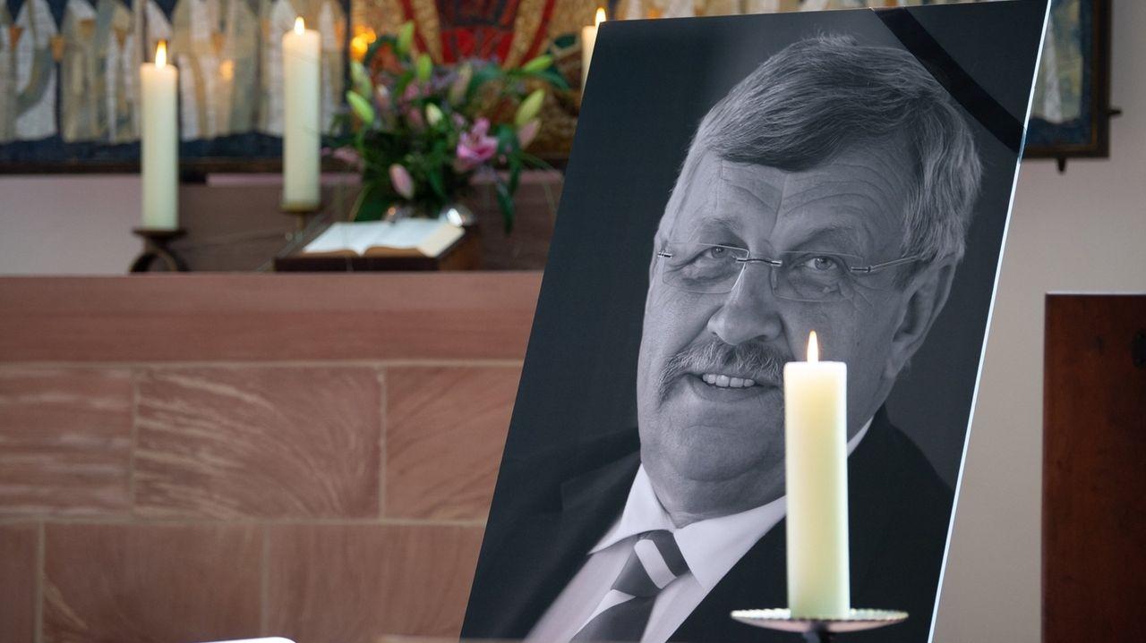 Ein Portrait des ermordeten Kasseler Regierungspräsidenten W. Lübcke in der Kasseler Martinskirche