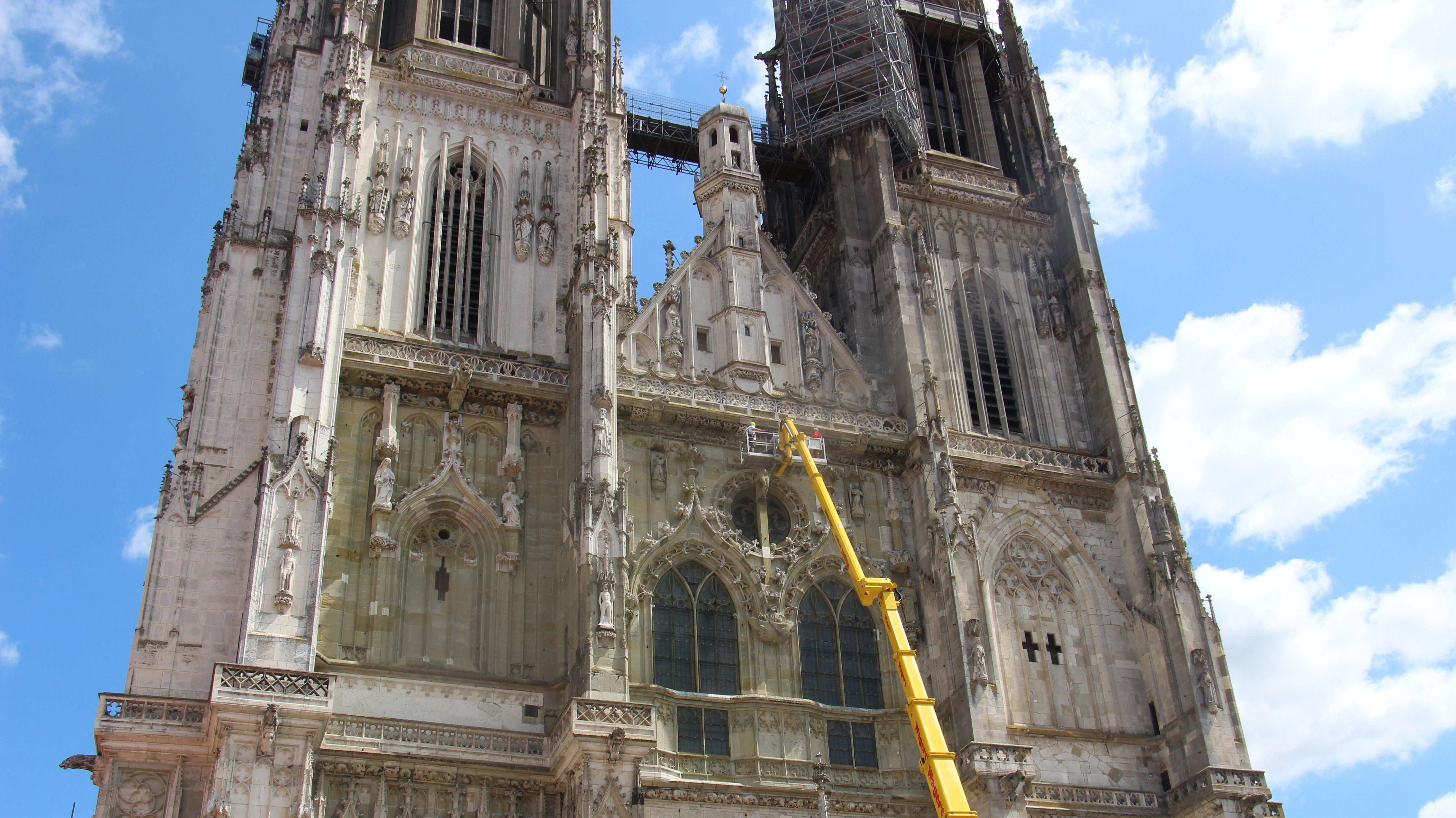 Nach dem Absturz eines Bauteils in 80 Metern Höhe ist die Fassade des Regensburger Doms auch gestern noch von Fachleuten untersucht worden.